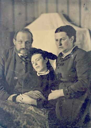 A post mortem family photograph
